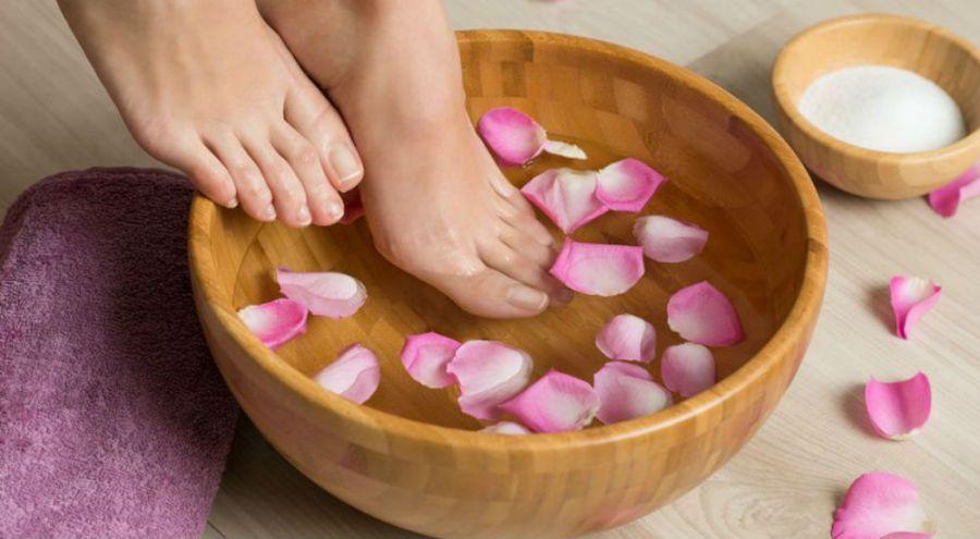 Un bain de pieds chaud pour se relaxer.